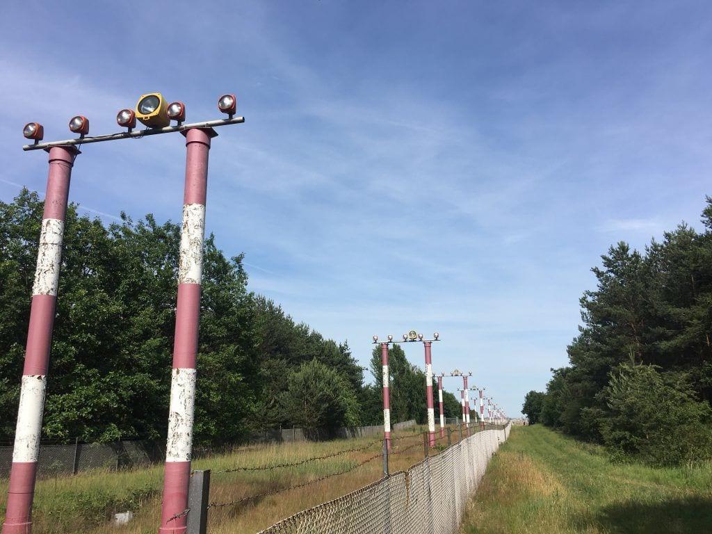 Anflugbefeuerung der Landebahn 08L des Flughafens Berlin-Tegel