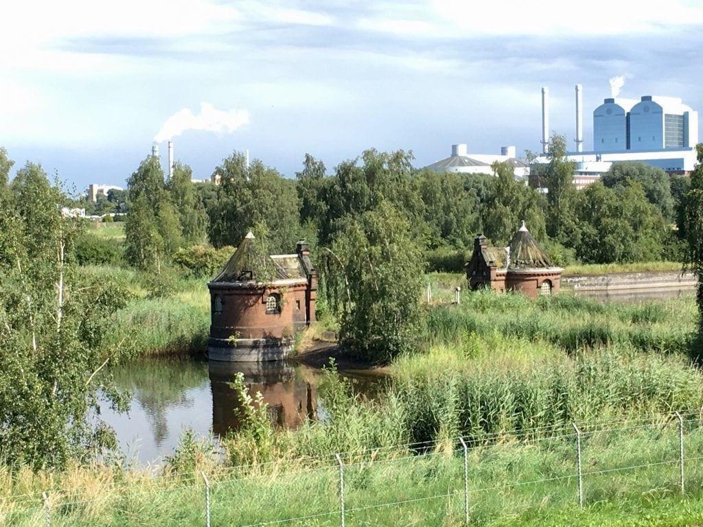 Filterbecken und Schieberhäuschen in Kaltehofe, im Hintergrund das Kraftwerk Tiefstack