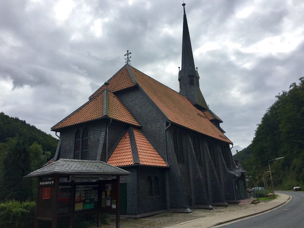 Die Fachwerkkirche in Sieben im Harz, eingedeckt mit Schiefer