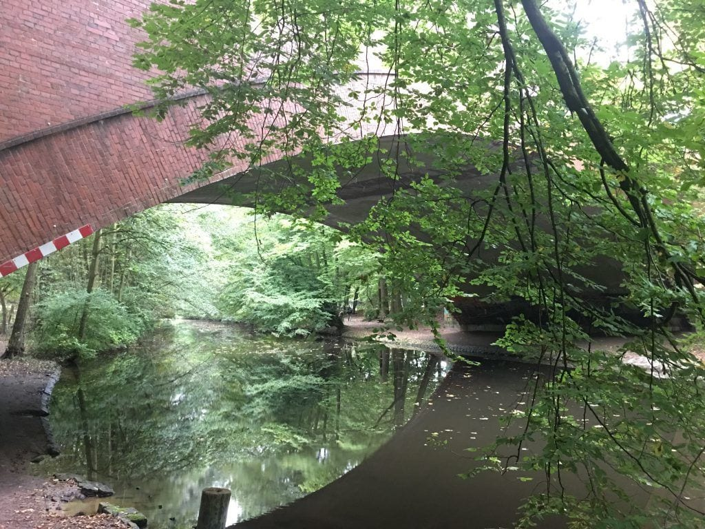 Unter der U-Bahn-Brücke in Fuhlsbüttel hindurch