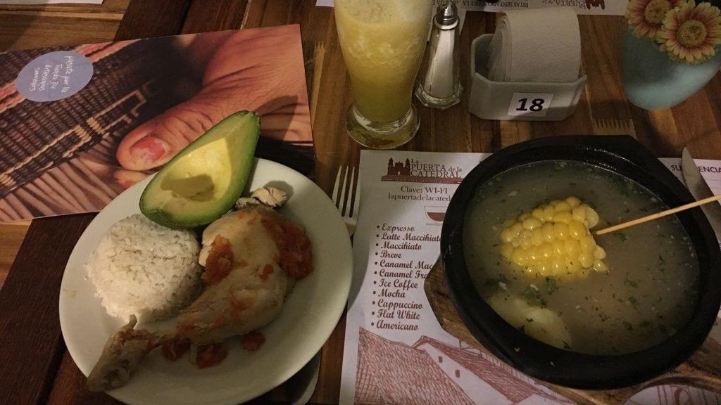 Typisch kolumbianisches Gericht mit Brühe in die man wahlweise die Beilagen hineintut