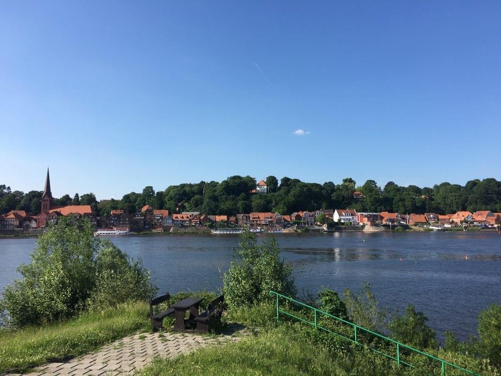 Elberadweg - Blick auf Lauenburg vom Südufer der Elbe aus auf der Fahrradtour von Hamburg nach Dresden