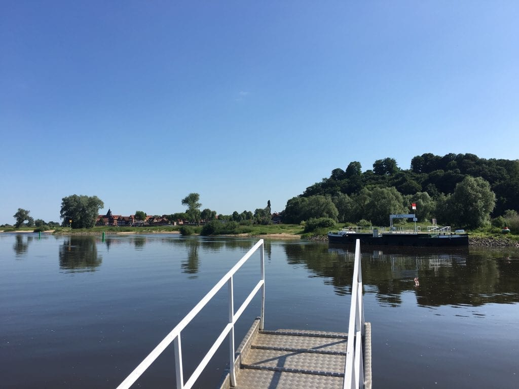 Auf der Fähre über die Elbe nach Hitzacker, links die Altstadt, rechts der Weinberg - Radtour von Lauenburg nach Hitzacker