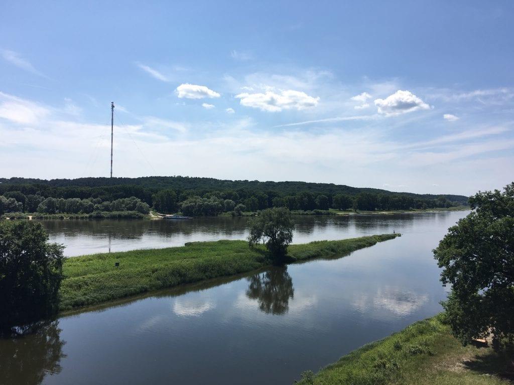 Blick über die Elbe bei Lenzen, gegenüberliegend der Funkmast Höhbeck - Fahrradtour von Hitzacker nach Wittenberge