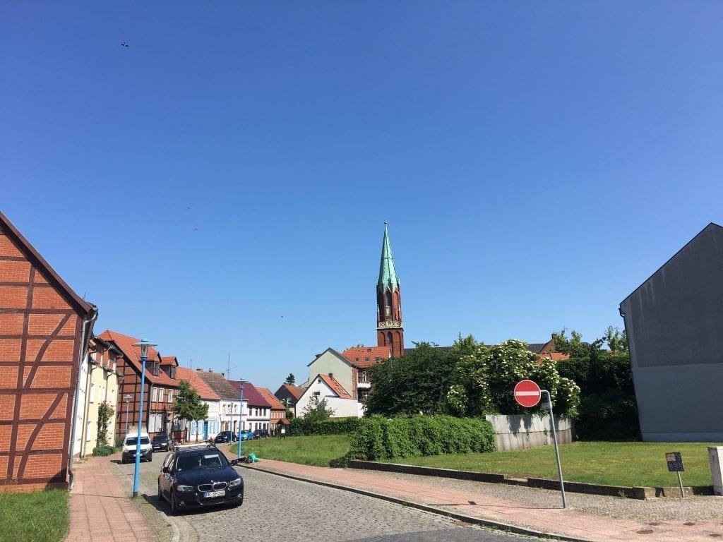 Blick vom Hafen aus auf die Kirche in Wittenberge - Start für die Fahrradtour von Wittenberge nach Havelberg