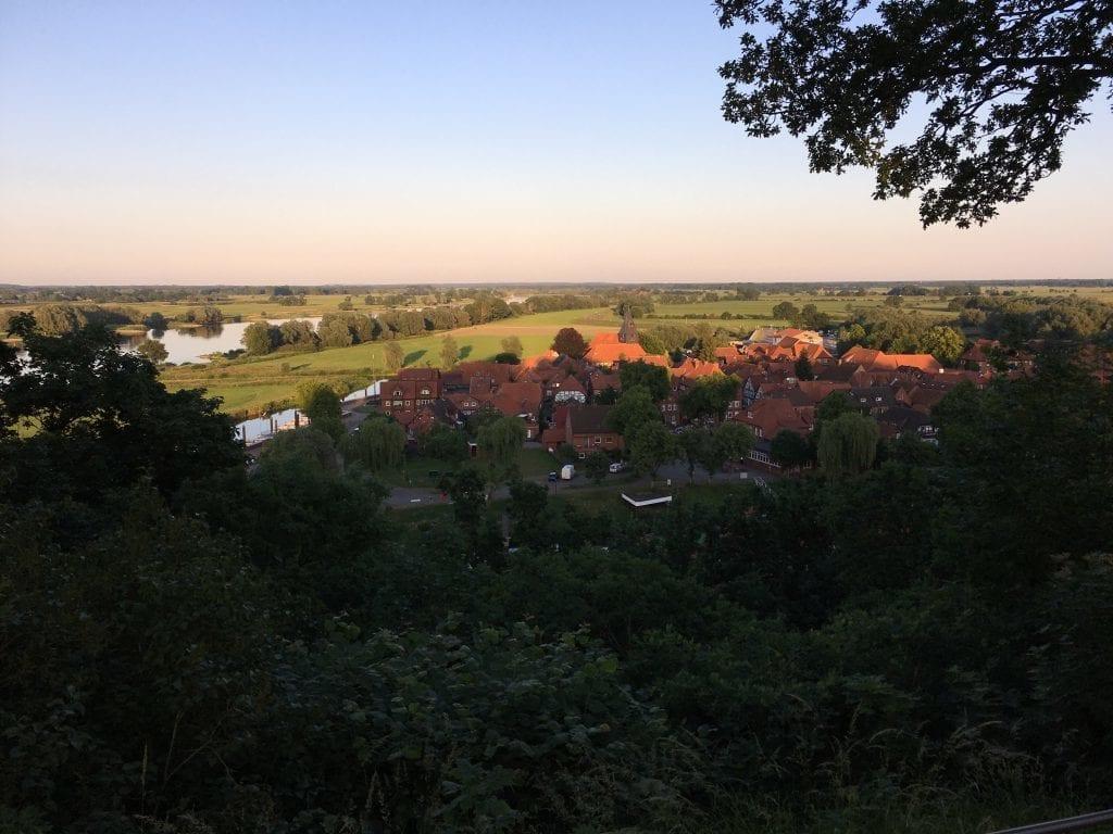 Blick vom Weinberg auf die Altstadt von Hitzacker im abendlichen Licht