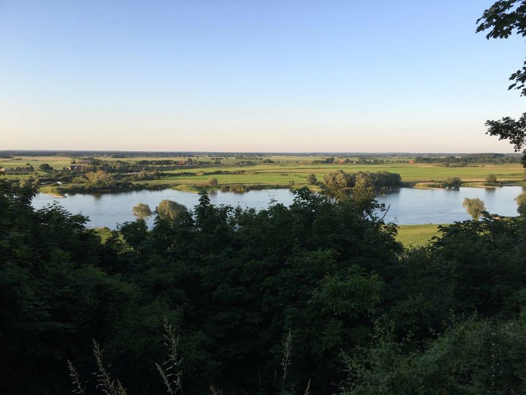 Blick vom Weinberg in Hitzacker auf die abendliche Elbe (2) - Radtour von Lauenburg nach Hitzacker