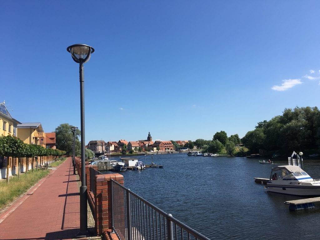 Im Hafen in Havelberg mit Blick zur Altstadt - Fahrradtour von Wittenberge nach Havelberg