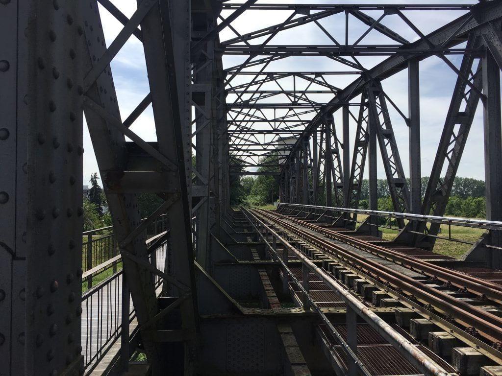 Auf der Eisenbahnbrücke Barby