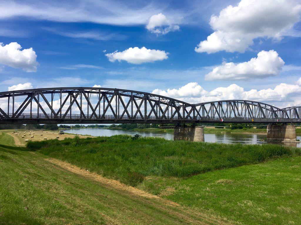 Die stählerne Eisenbahnbrücke Barby in voller Pracht auf der Fahrradtour von Hamburg nach Dresden
