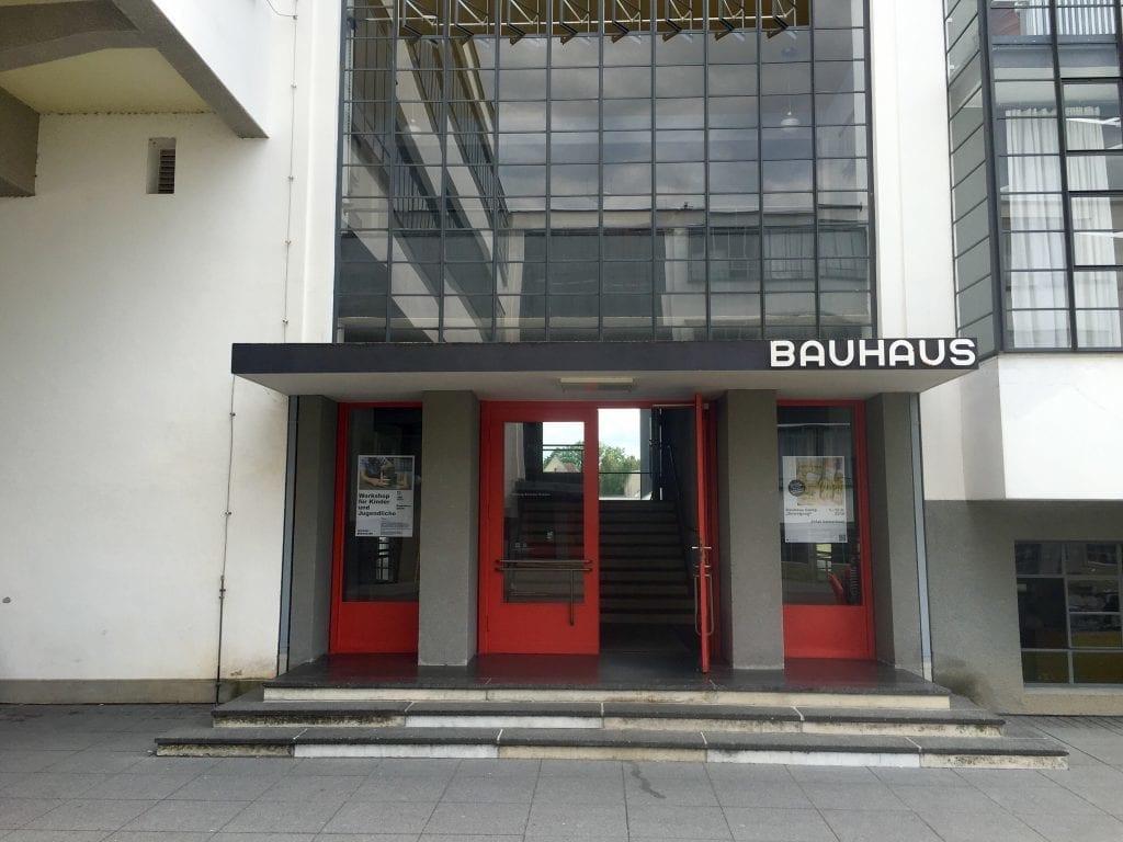 Klare Linie: Das Portal des Bauhaus in Dessau