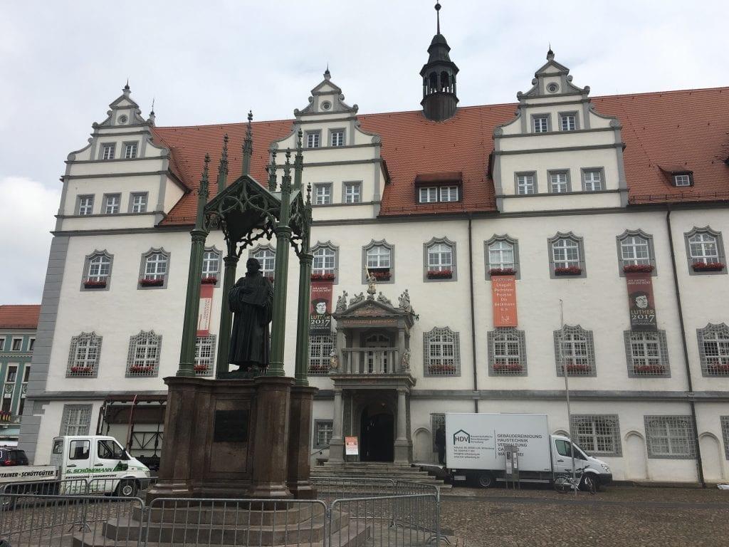 Rathaus und Lutherdenkmal auf dem Marktplatz der Lutherstadt Wittenberg - Das Bauhaus in Dessau - Fahrradtour auf dem Elberadweg