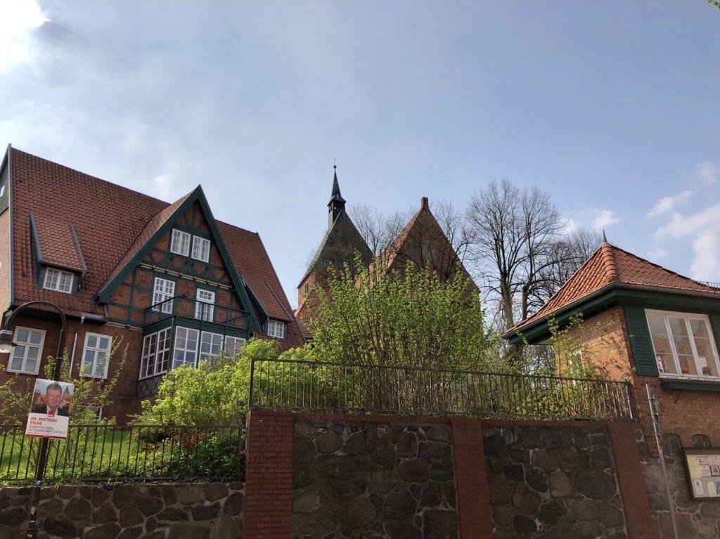 An der Hauptstraße in Mölln mit Blick auf die St. Nicolai Kirche