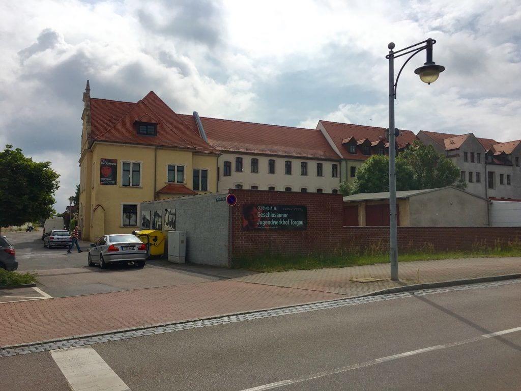 Vor der Gedenkstätte des ehemaligen Jugendwerkhofs Torgau