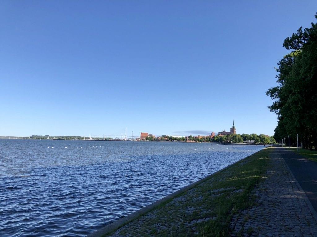An der Uferpromenade am Strelasund in Stralsund - im Hintergrund die Nicolaikirche und die Rügenbrücke