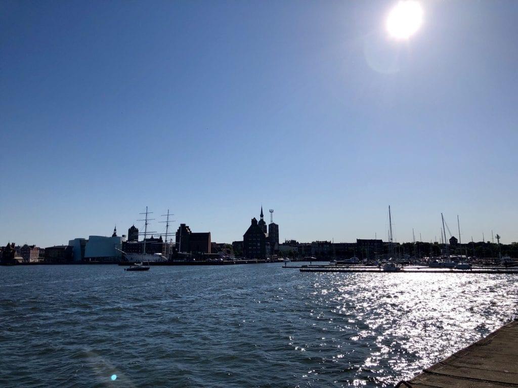 Blick auf die Skyline von Stralsund von der Mole im Hafen aus gesehen