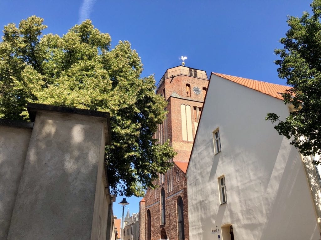 Am Kirchplatz in Wolgast mit Blick hoch zur Petrikirche