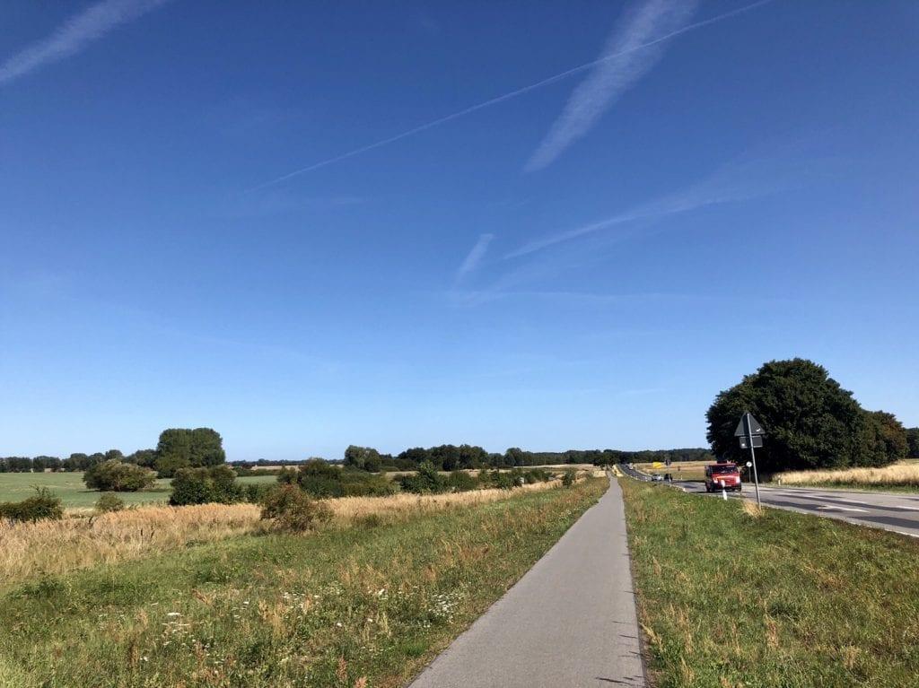 Der Radweg an der Bundesstraße B111 am Ortsausgang Wolgast