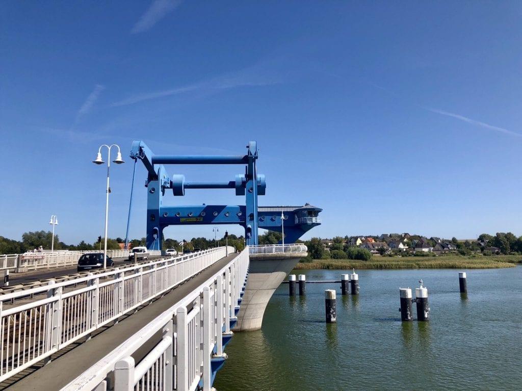Die Wolgaster Peenebrücke ist eine große, moderne Klappbrücke