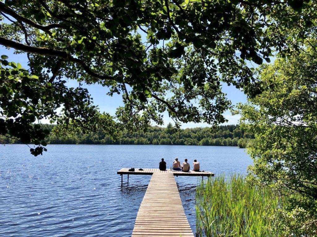 Entspannen am See Eksholmssjön auf dem Skåneleden-Wanderweg in Südschweden