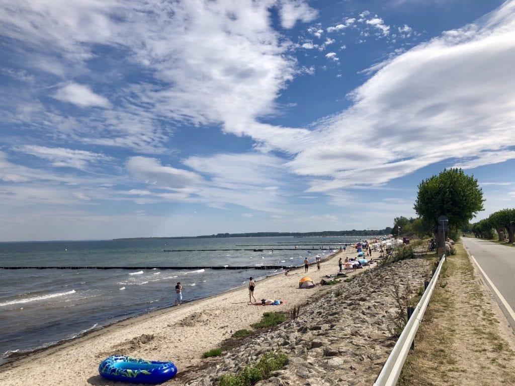 Schmaler Strand hinter der Küstenstraße in Boltenhagen