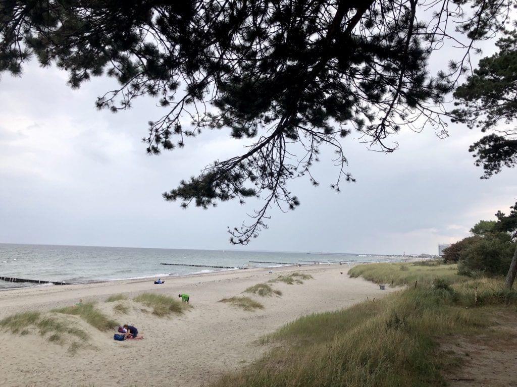 Am Strand in der Stoltera mit Warnemünde am Horizont