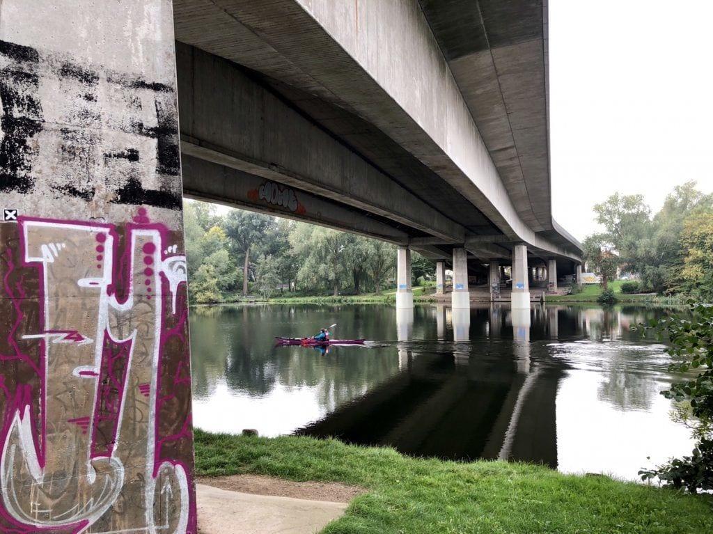 Straßenbrücke über die idyllische Wakenitz