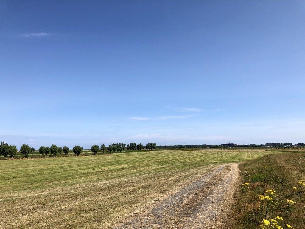Auf dem Deich westlich von Kröslin in Vorpommern
