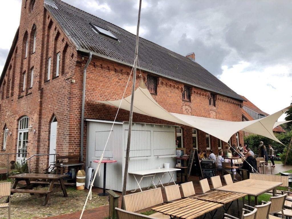 Das Café Kutscherscheune in Groß Zecher auf der Wanderung am Schaalsee