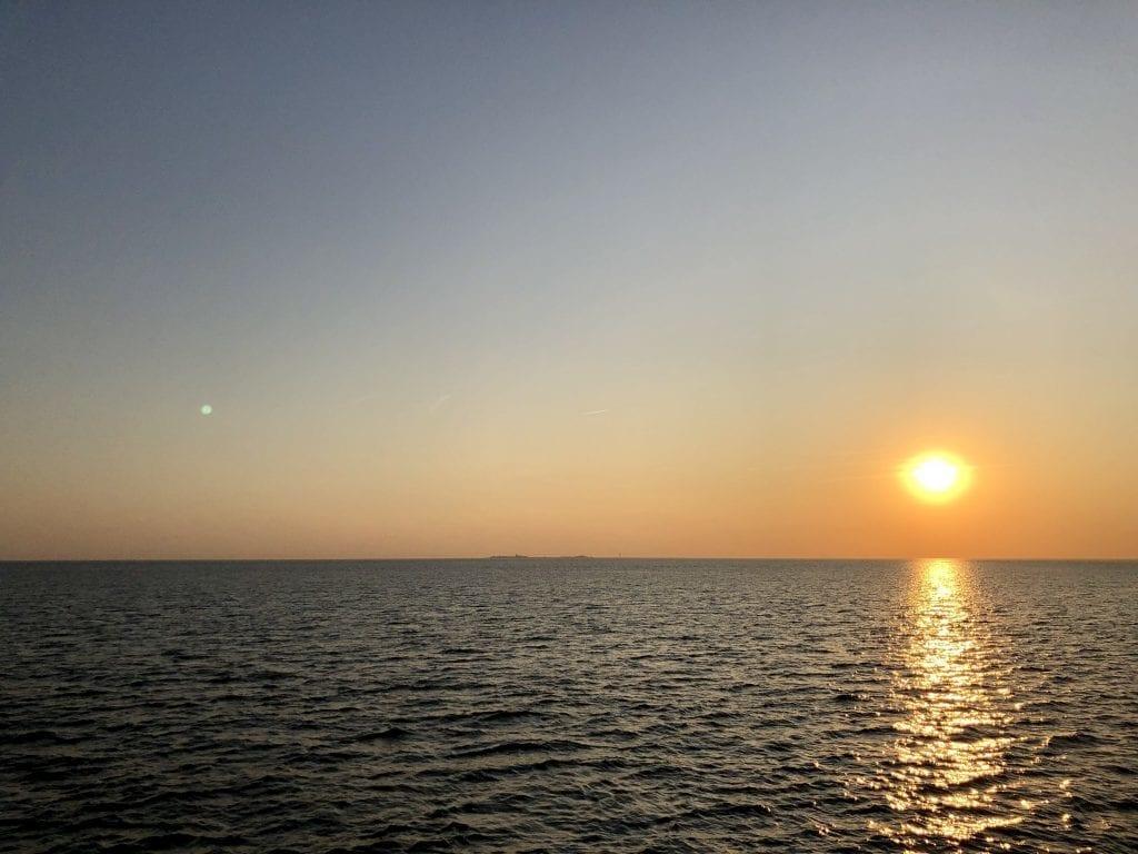 Sonnenuntergang über dem Wattenmeer - im Hintergrund die Insel Neuwerk