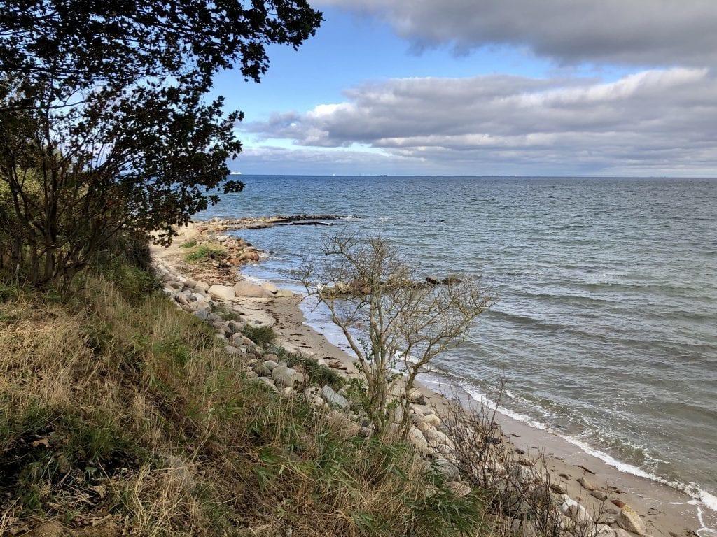 Am steinigen Kliff der Ostküste von Fehmarn
