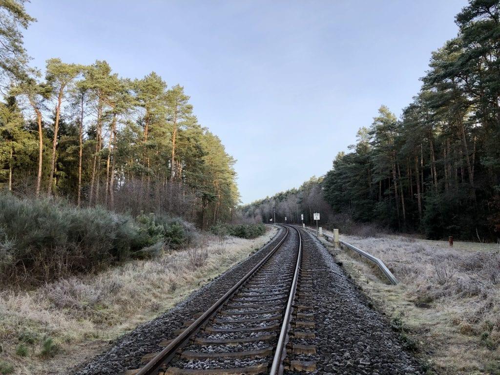 Schön vorsichtig: erixx-Bahnlinie überqueren südlich von Handeloh
