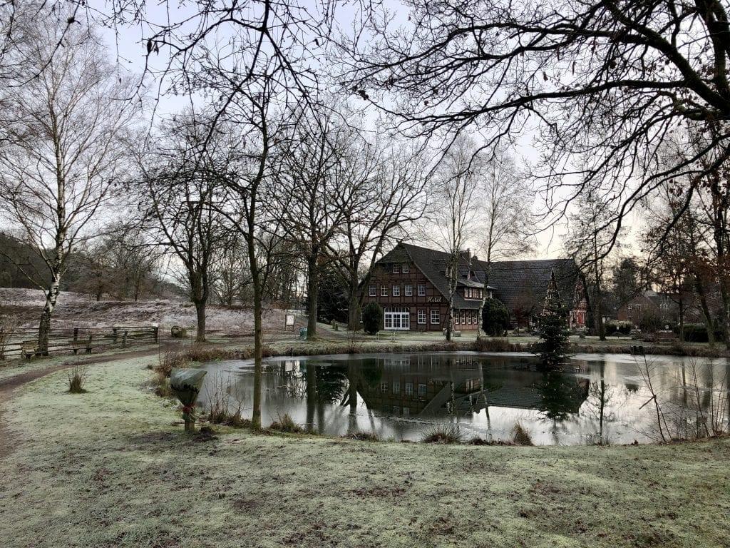 Kleiner Teich und Fachwerkhaus in Undeloh am Heidschnuckenweg