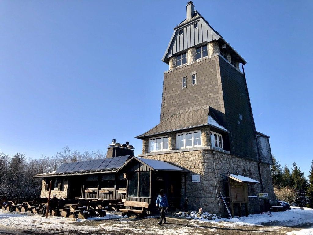 Die gemütliche Baude mit Aussichtsturm auf der Hanskühnenburg im Harz