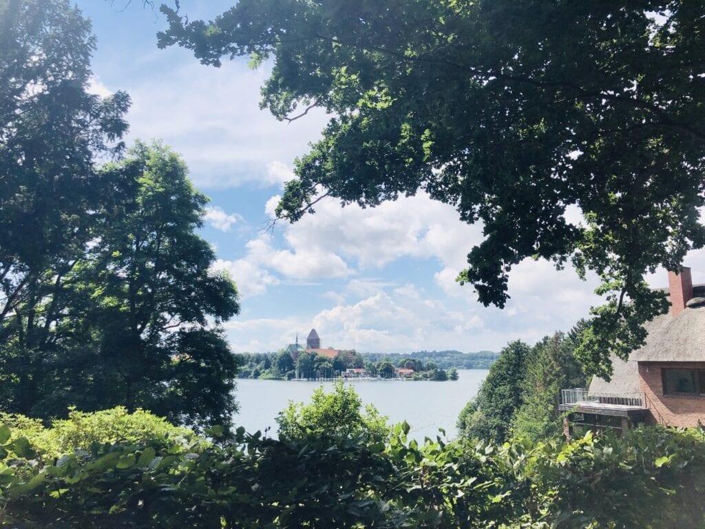 Blick über den Domsee zum Ratzeburger Dom in der Inselstadt Ratzeburg