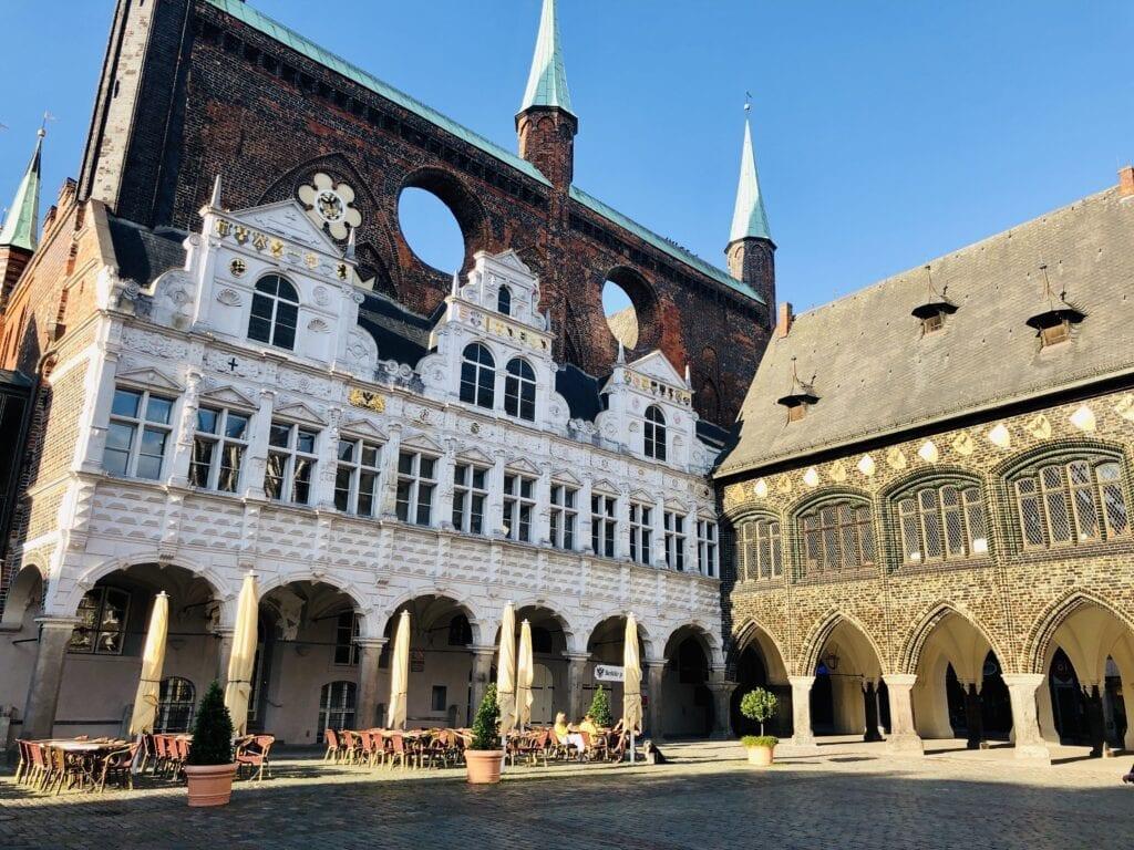 Marktplatz von Lübeck mit dem historischen Rathaus