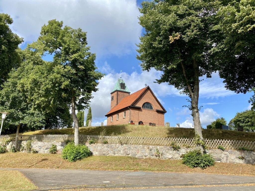 Die kleine Dorfkirche in Salem in Schleswig-Holstein