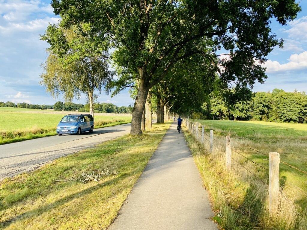 Auf dem Radweg neben der Landstraße zwischen Handeloh und Jesteburg in der Lüneburger Heide