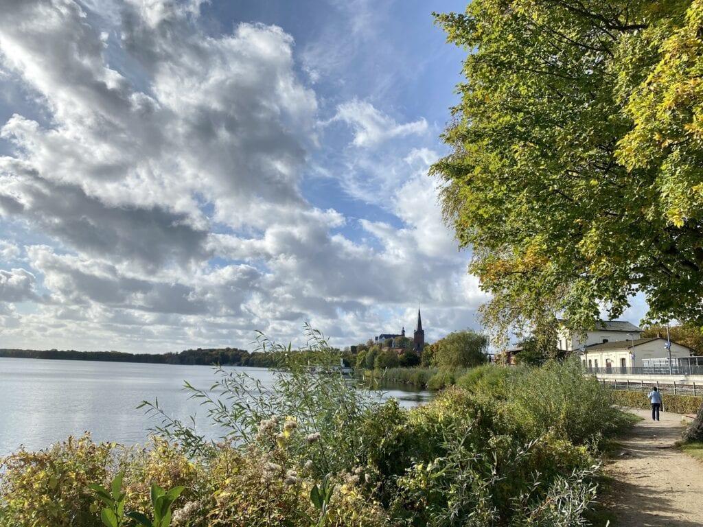 Am Strandweg Nahe des Plöner Bahnhofs - im Hintergrund die Nikolaikirche und das Schloss