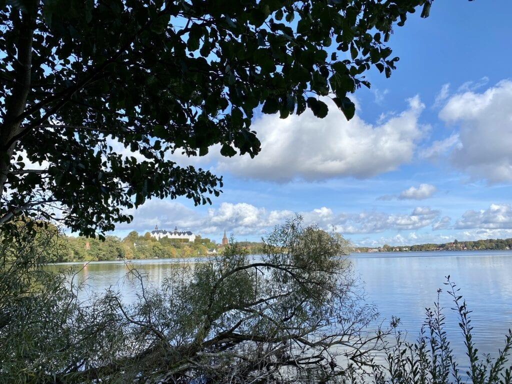 Ausblick von der Prinzeninsel im Großen Plöner See zum Plöner Schloss - auf der Wanderung in Plön