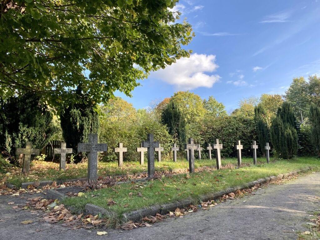 Der Kadettenfriedhof auf der Prinzeninsel in Plön in der Holsteinischen Schweiz