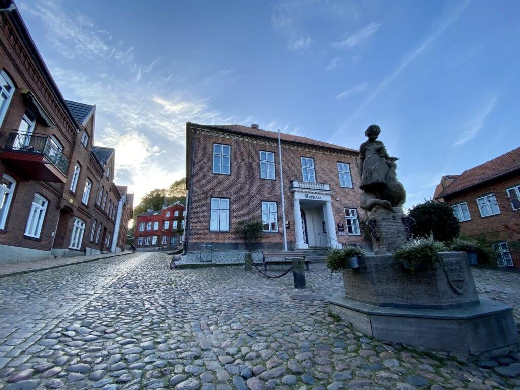 Rathaus mit Gänselieselbrunnen in der Altstadt von Plön