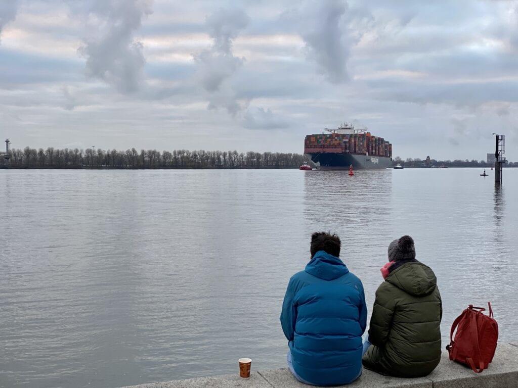 An der Elbe in Hamburg-Övelgönne mit Containerriese beim Einlaufen