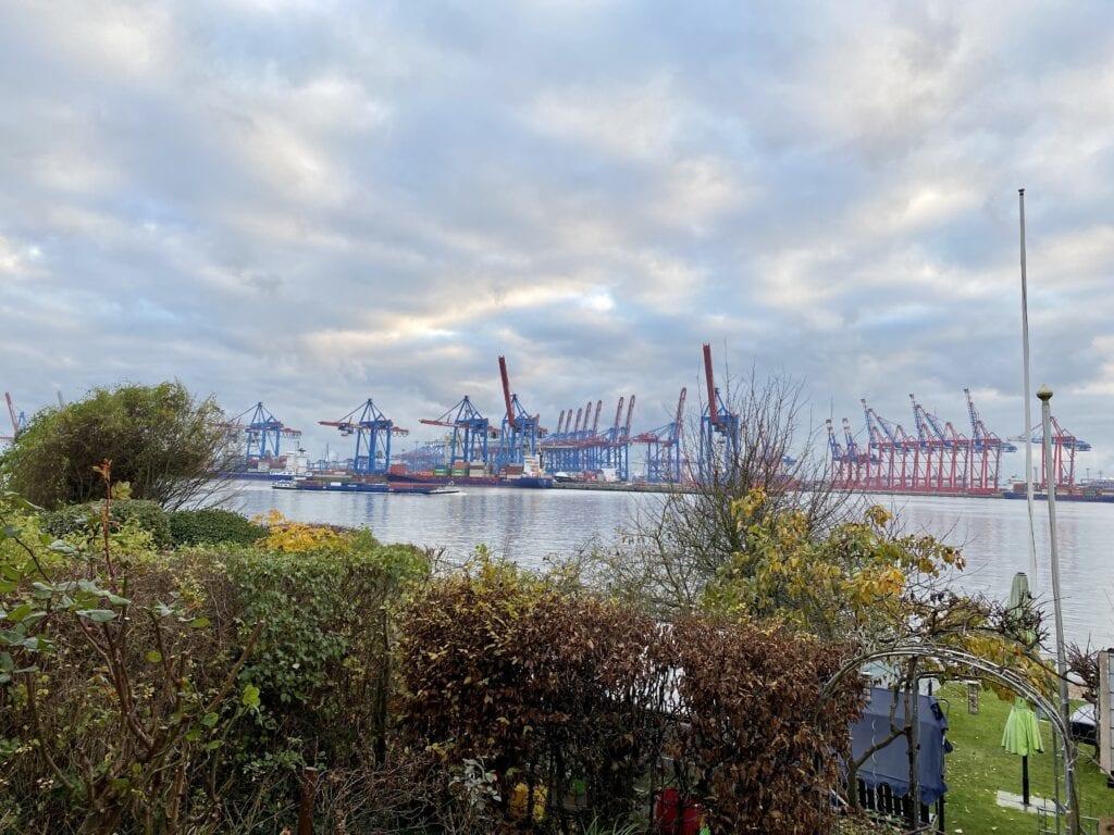Blick von Övelgönne über die Elbe zum Burchardkai Containerterminal