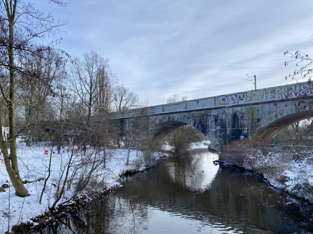 Das Viadukt der Güter-Umgehungsbahn über die Tarpenbek, dahinter der Eppendorfer Mühlenteich