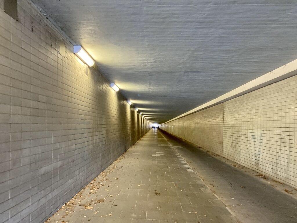 Die Wanderung führt durch den Krohnstiegtunnel unter dem Hamburger Flughafen hindurch