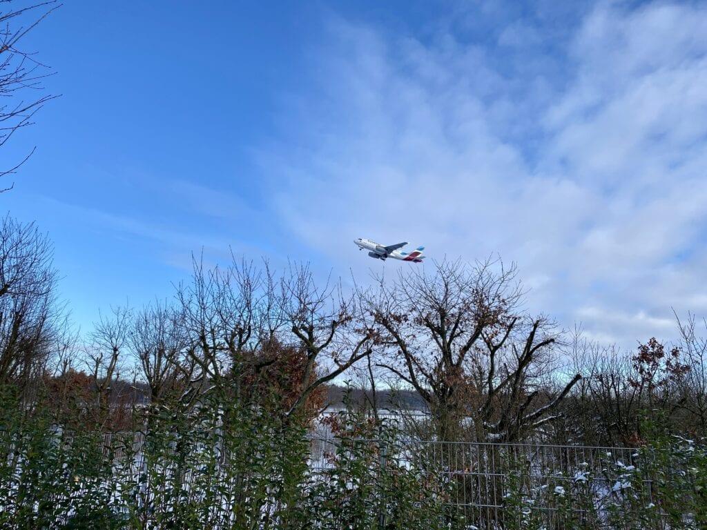 Man sollte Flugzeuge mögen auf der Wanderung an der Tarpenbek
