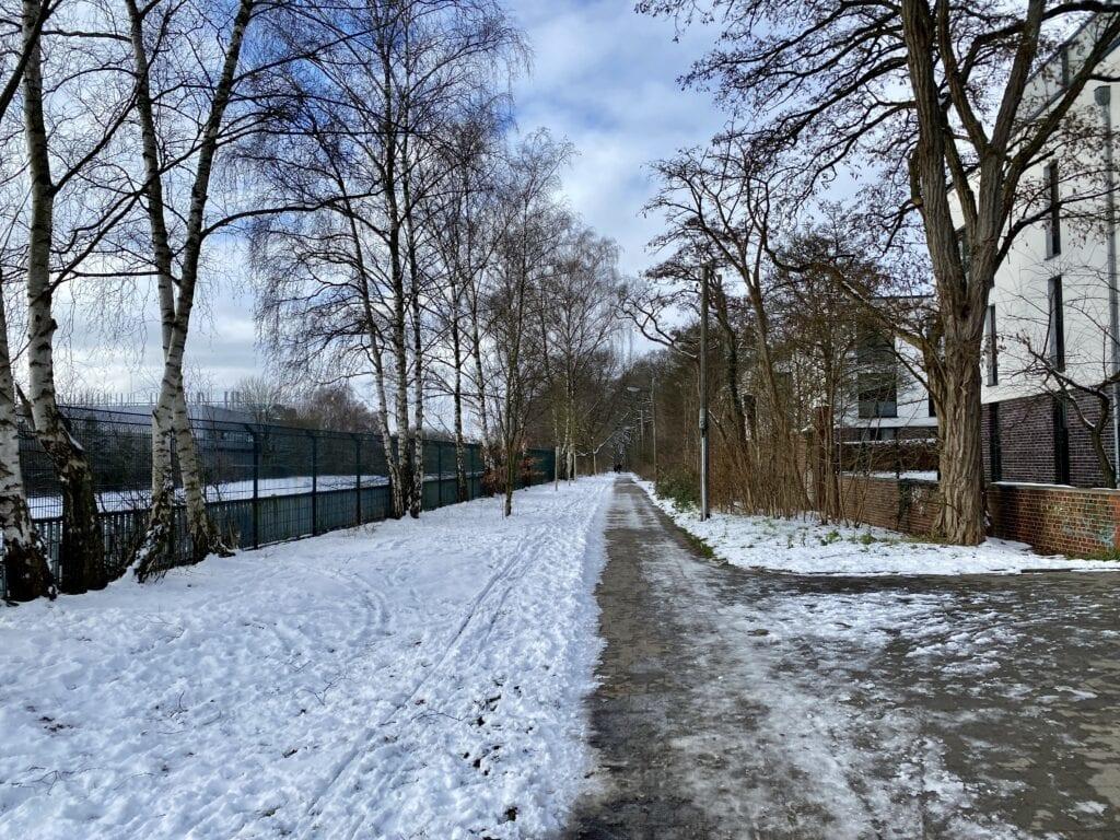 Start in Ochsenzoll: Der Wanderweg neben der U-Bahnlinie