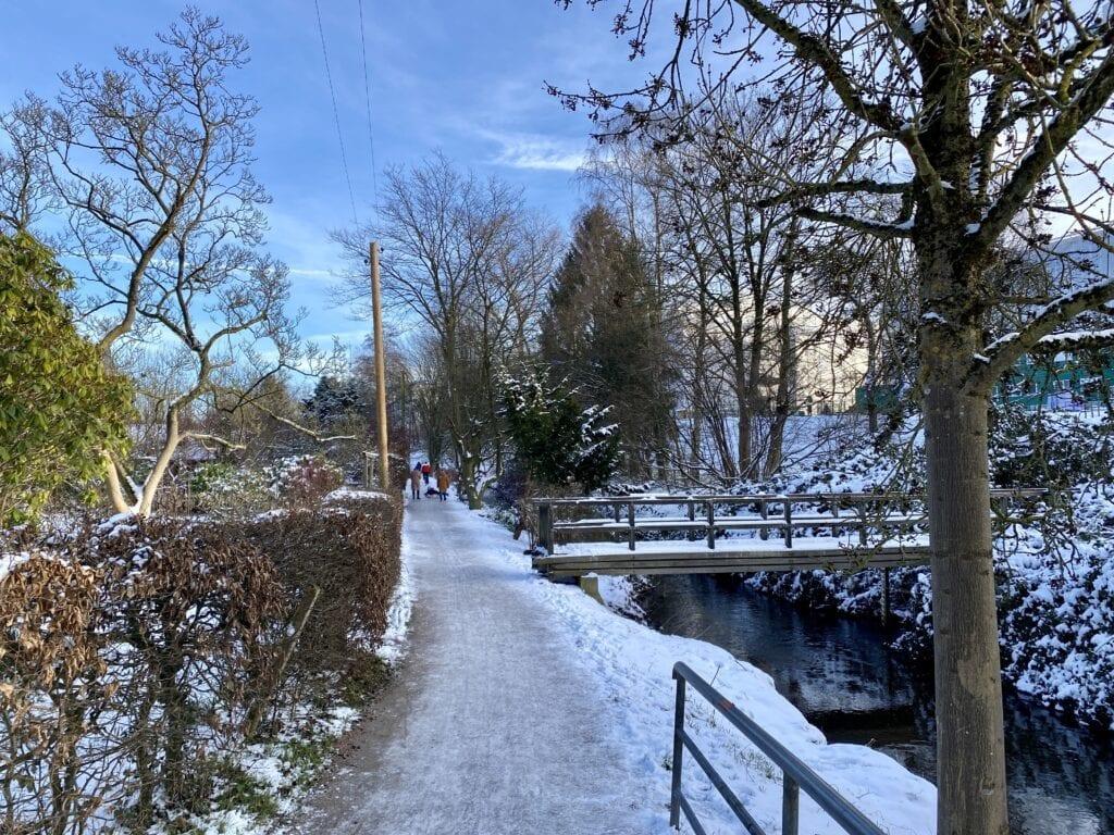 Wandern an der Tarpenbek - Hier der Wanderweg neben dem Flüsschen in Groß Borstel