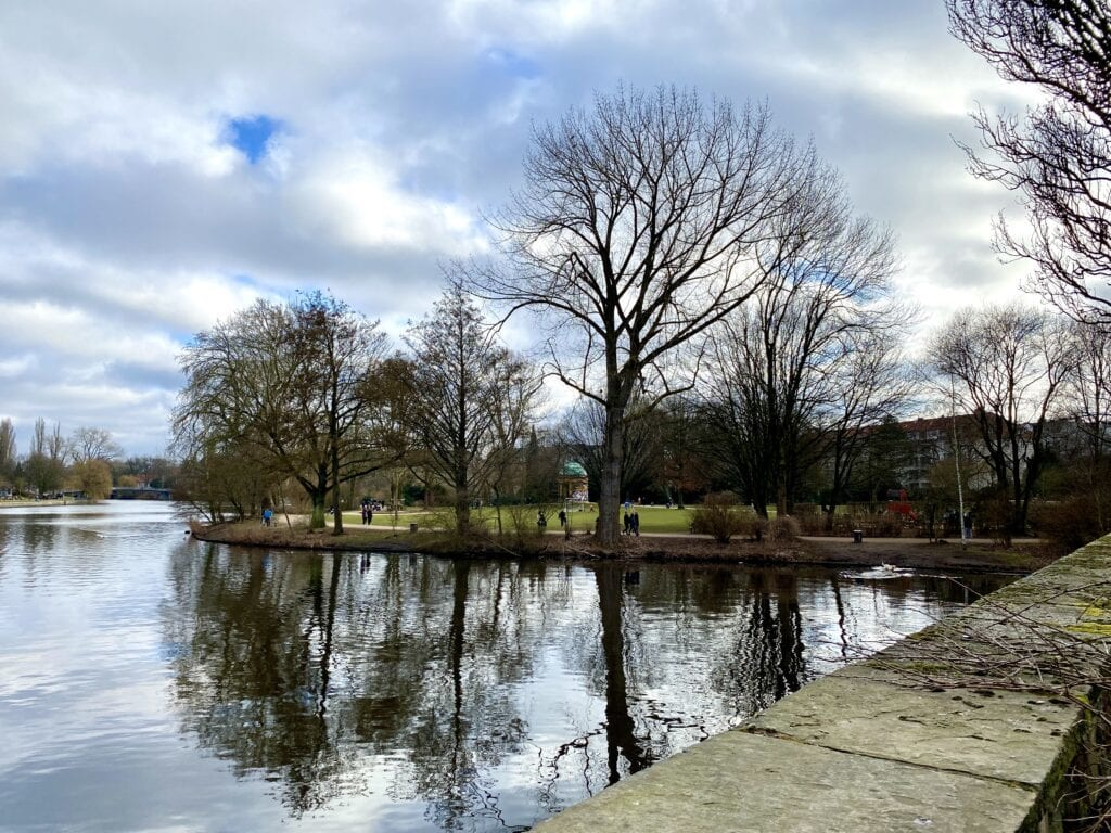 An der Mündung der Tarpenbek in die Alster in Hamburg-Eppendorf - gegenüber der Haynspark mit dem Monopteros